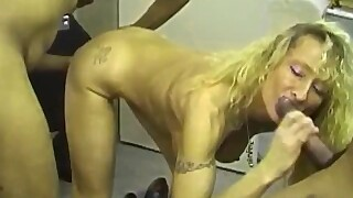 2 Milfs Amatrices Au Garage - Amateur Compilation